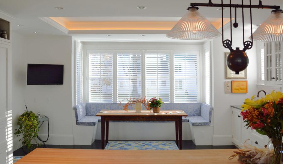 Обеденное место на кухне с эркером - П-образный диван. Фото 1