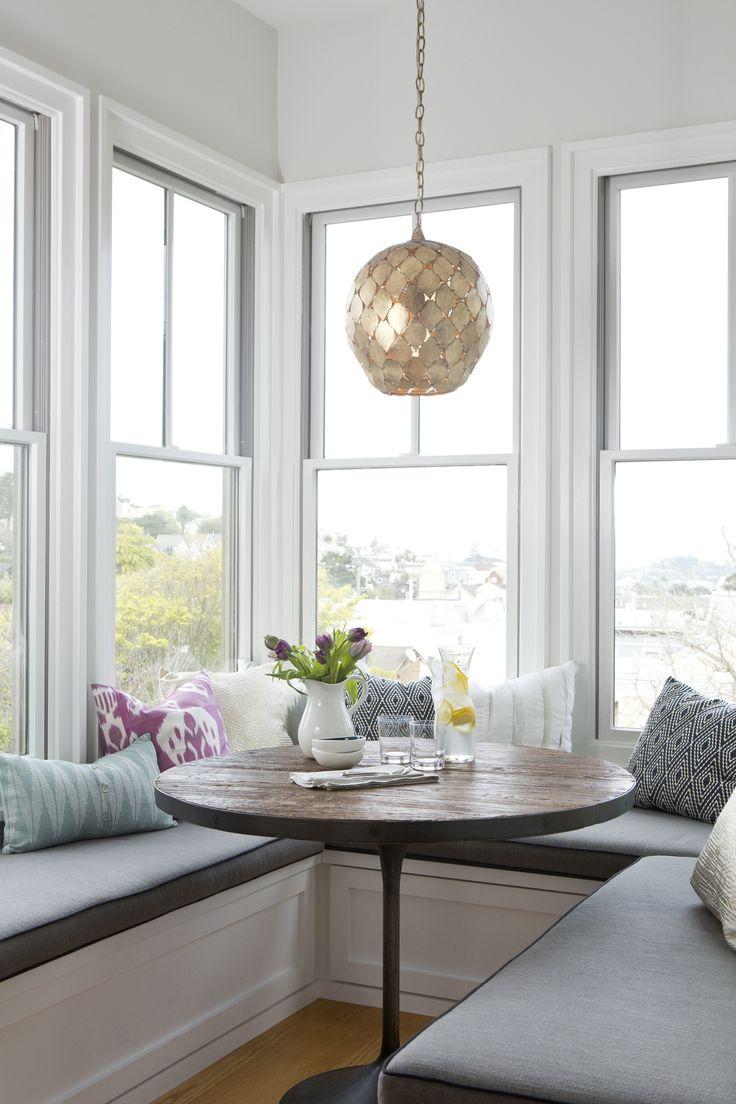 Обеденное место на кухне с эркером - П-образный диван. Фото 2