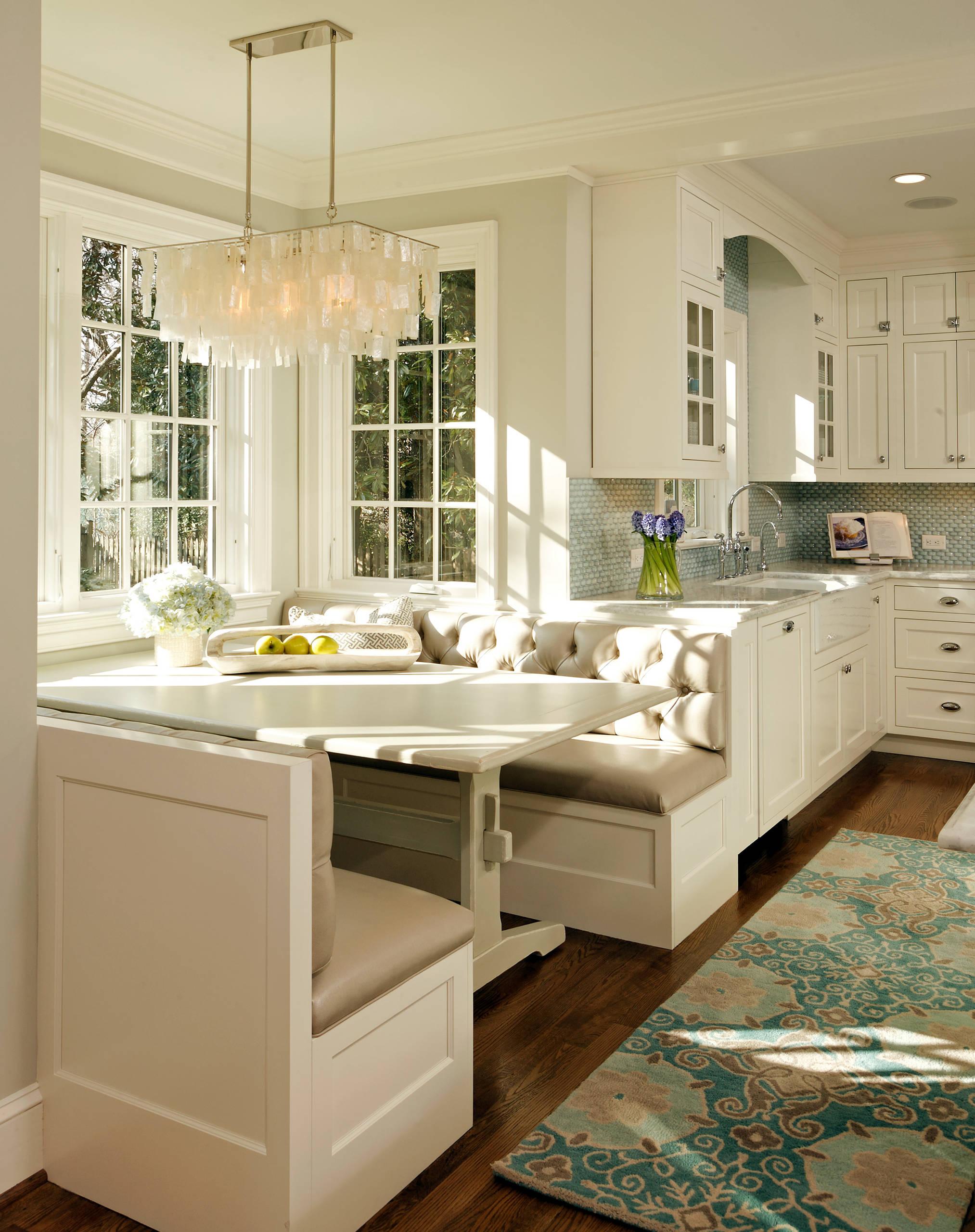 Обеденное место на кухне с эркером - П-образный диван. Фото 3