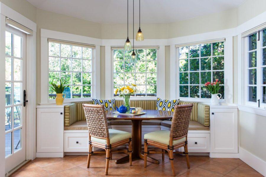 Обеденное место на кухне с эркером - П-образный диван. Фото 5