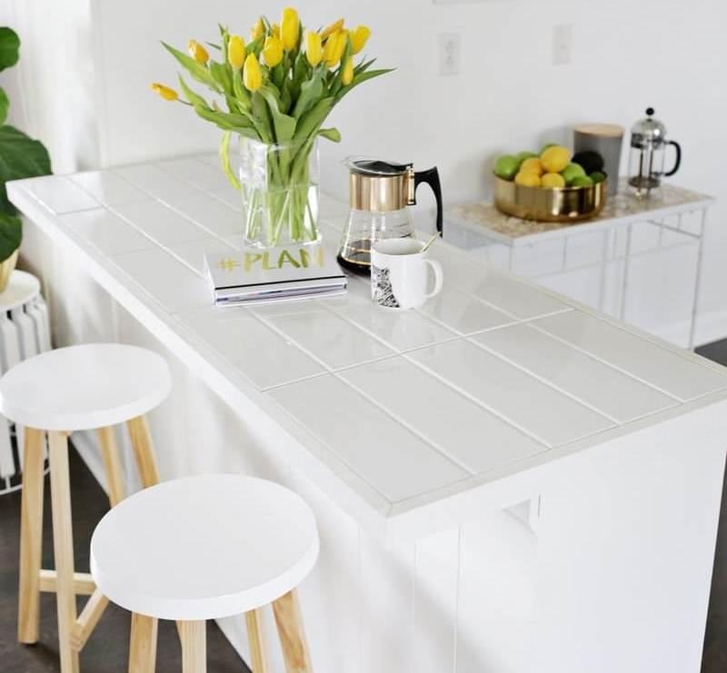Облицовка столешницы плиткой прямоугольного типа – особенная идея