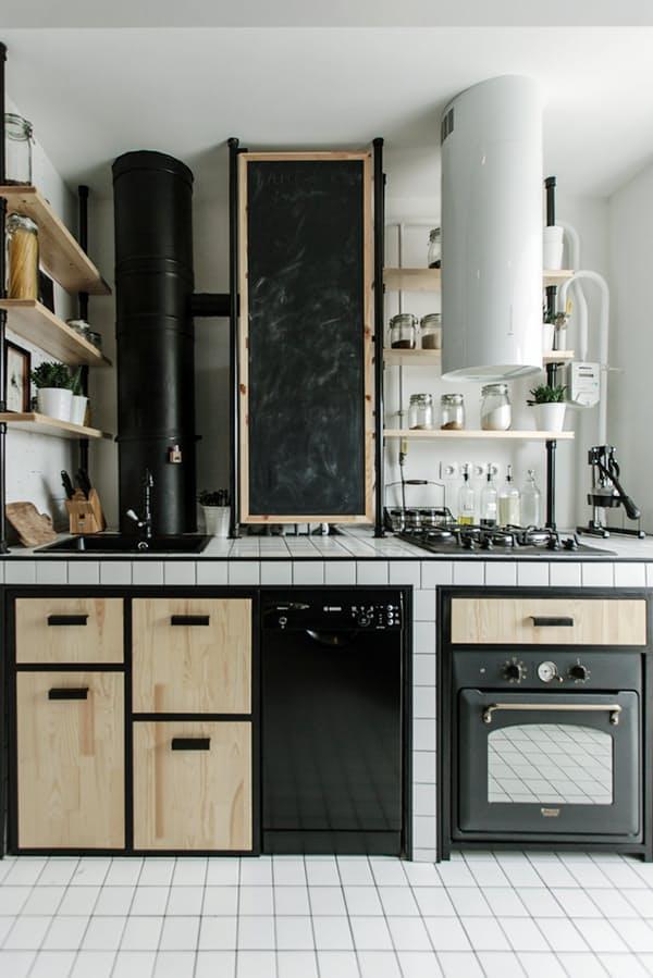 Облицовка столешницы плиткой: контрастная текстура к гладким плоскостям шкафов