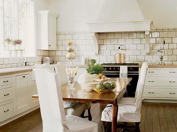 Обеденная зона в интерьере белоснежной кухни