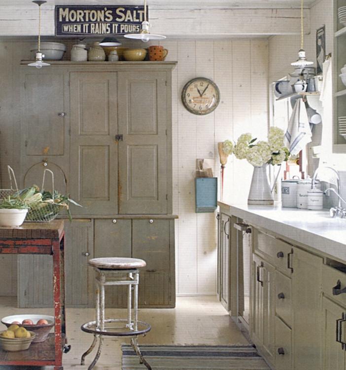 <em>Винтажная кухня с простой мебелью и открытый остров в стиле ретро</em>