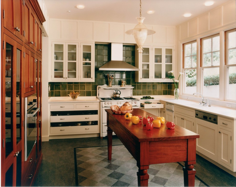 Стильный остров из натурального дуба в белом интерьере кухни