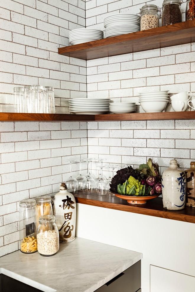 Оригинальный дизайн открытых полок в интерьере кухни от Jessica Helgerson Interior Design