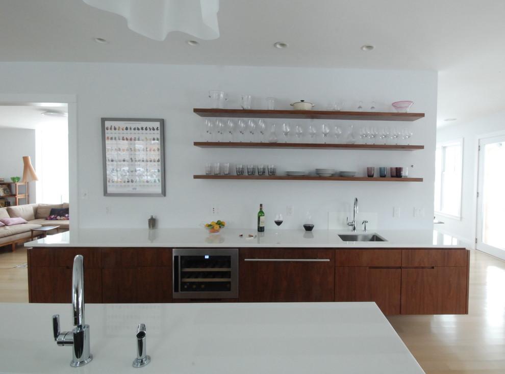 Оригинальный дизайн открытых полок в интерьере кухни