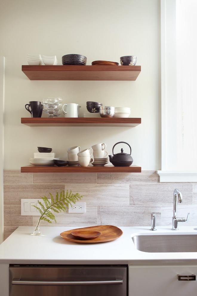 Оригинальный дизайн открытых полок в интерьере кухни от Lucy McLintic