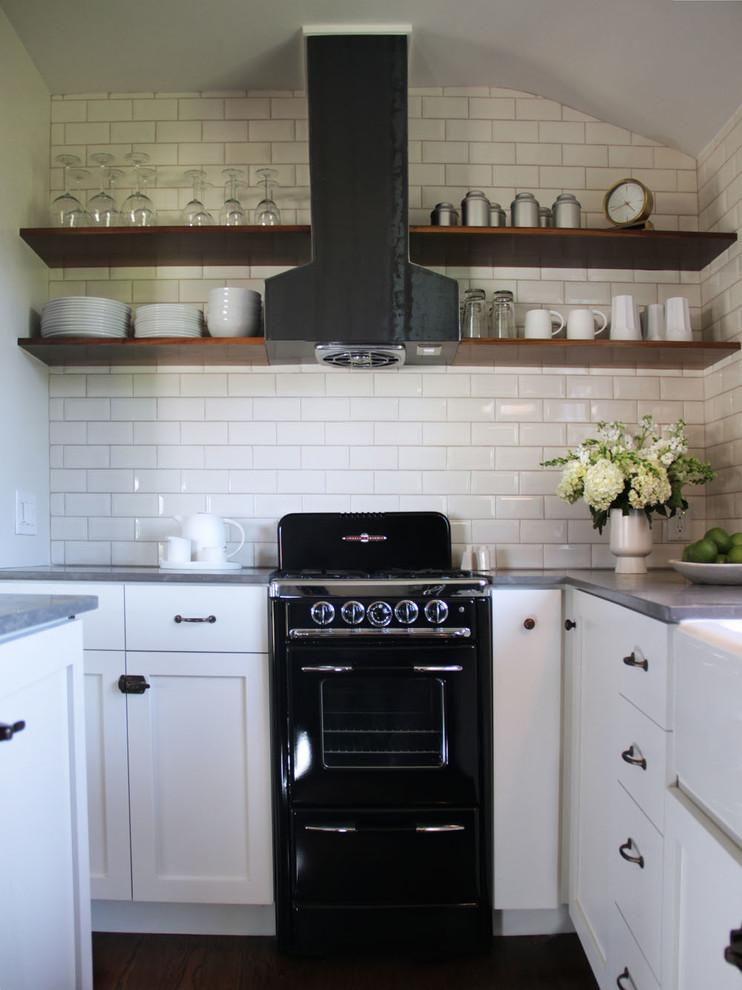 Оригинальный дизайн открытых полок в интерьере кухни от Amy Sklar Design Inc