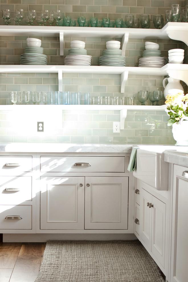 Оригинальный дизайн открытых полок в интерьере кухни от Alice Lane Home Collection