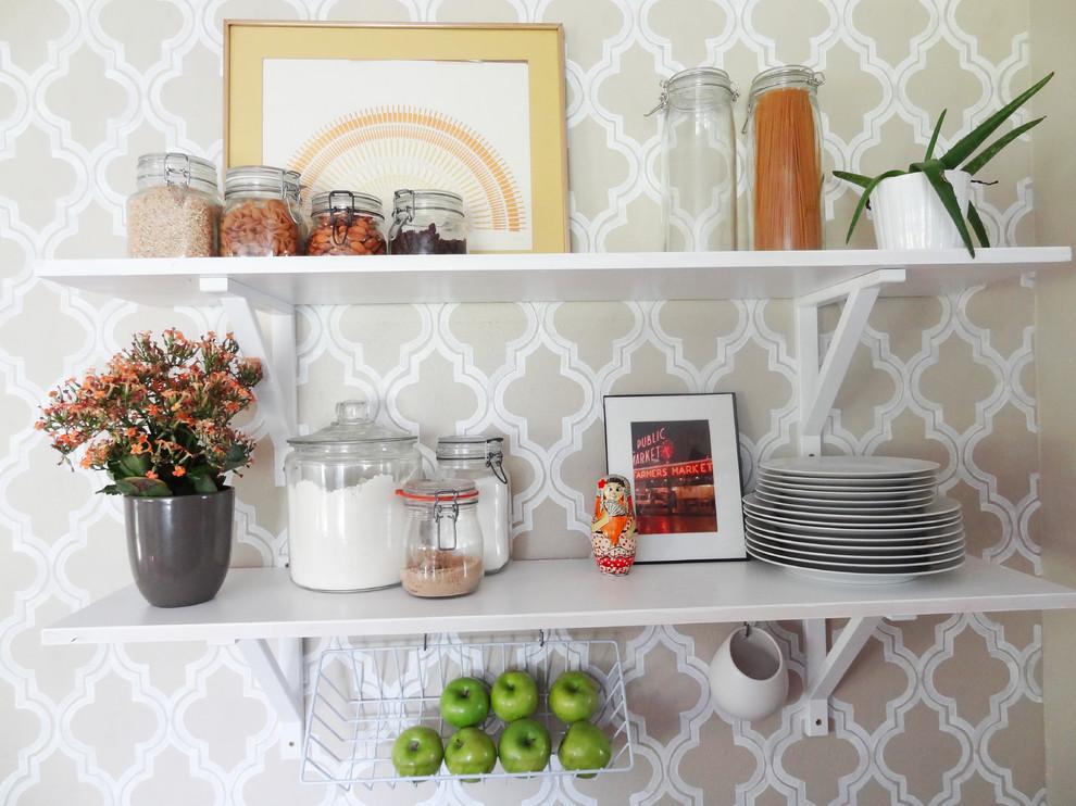 Оригинальный дизайн открытых полок в интерьере кухни от Meg Padgett
