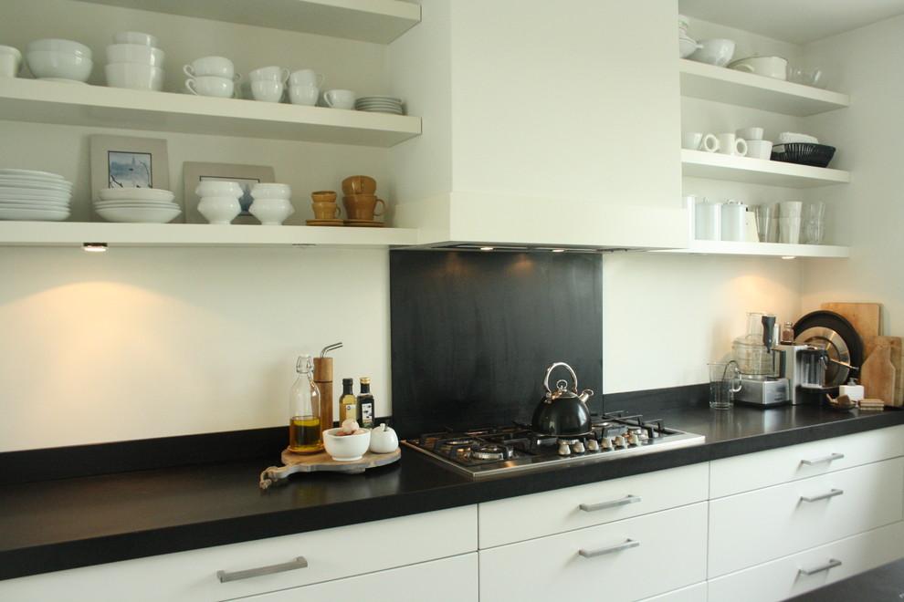 Оригинальный дизайн открытых полок в интерьере кухни от Holly Marder