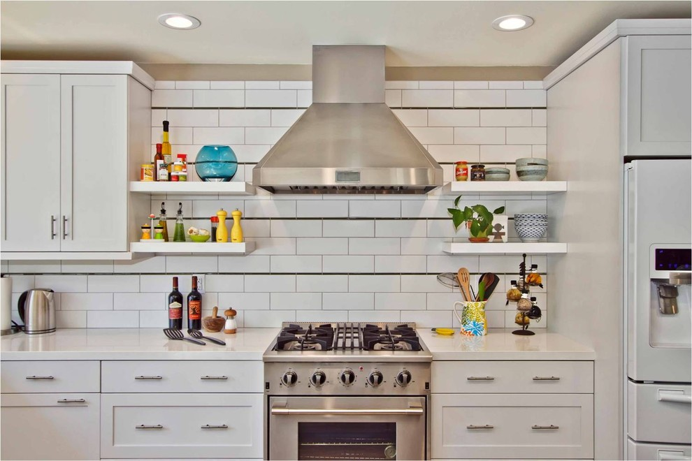 Оригинальный дизайн открытых полок в интерьере кухни от Jackson Design & Remodeling