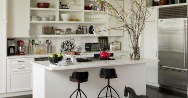 Открытые полки мебельного гарнитура в интерьере белоснежной кухни