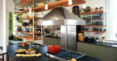Оригинальные подвесные открытые полки в стильном интерьере кухни