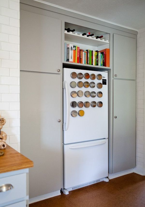 Магнитные контейнеры со специями на дверце холодильника