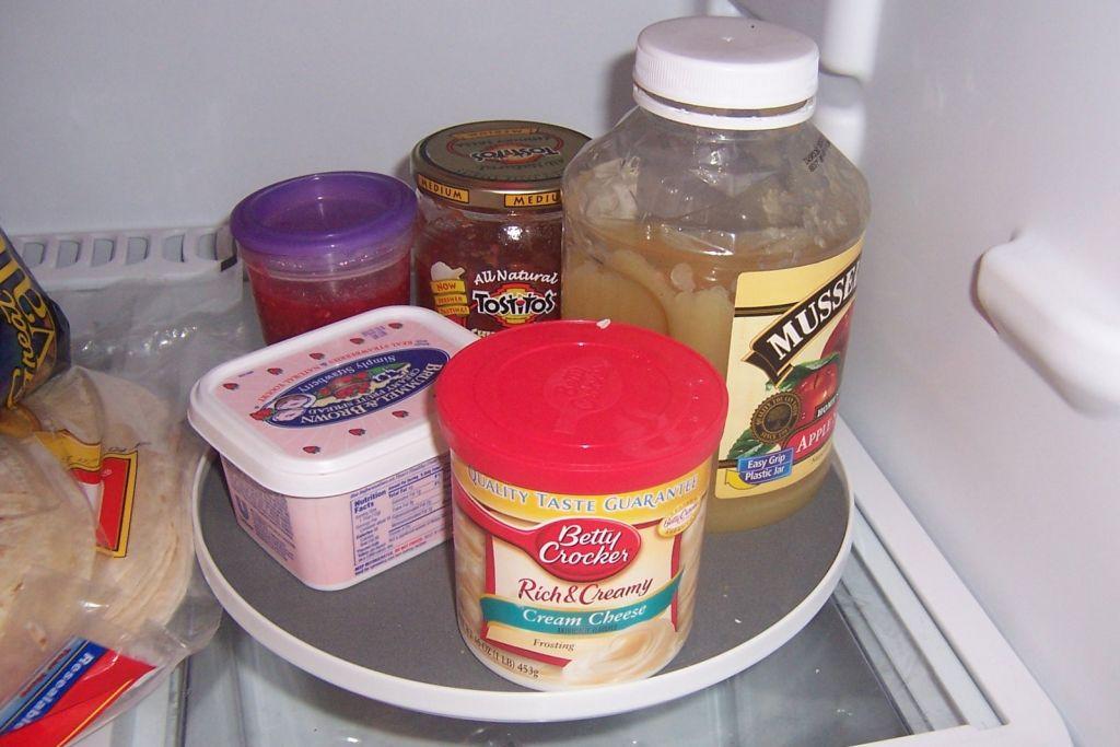 Вращающийся поднос с продуктами на полке холодильника