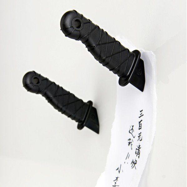 Магниты в виде воткнутых в стену ножей