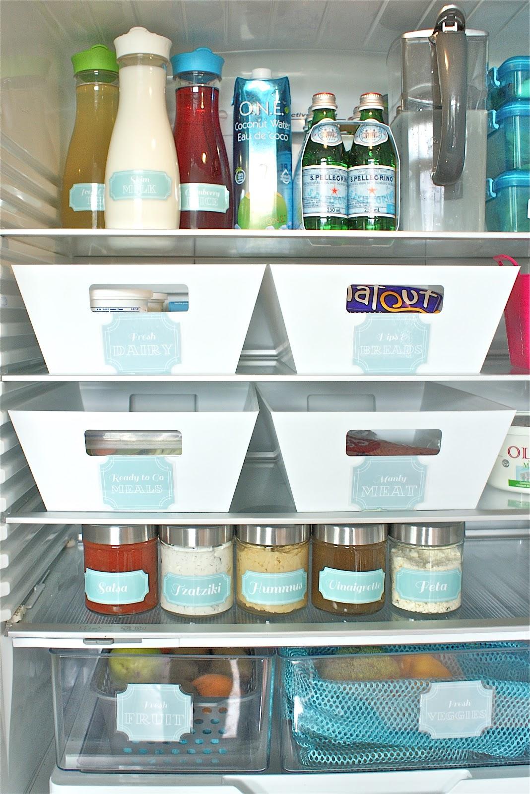 Аккуратно сложенные продукты на полках холодильника