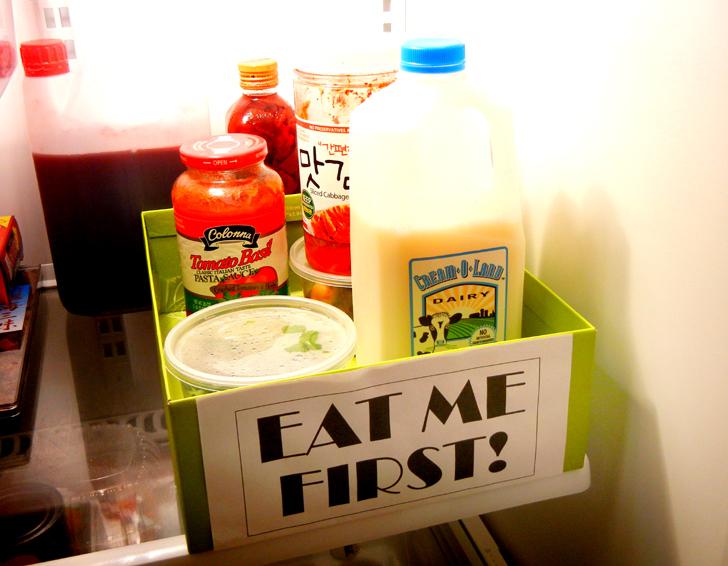 Специальная коробка для продуктов с надписью «Съешьте в первую очередь»