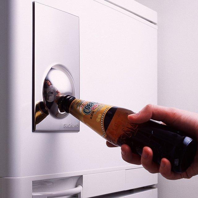 Оригинальное приспособление на дверце холодильника для открывания бутылок