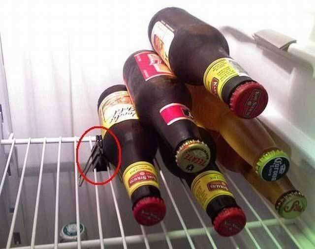 Использование канцелярского зажима в качестве подставки для бутылок