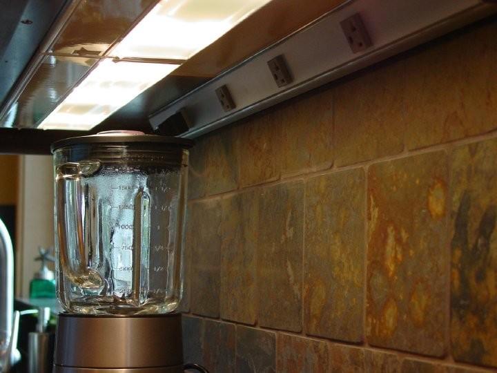 Встроенные розетки под верхними ящичками мебельного гарнитура от Signature Designs Kitchen & Bath