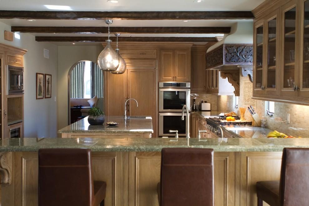 Дополнительная раковина со смесителем  в интерьере кухни от Charmean Neithart Interiors, LLC