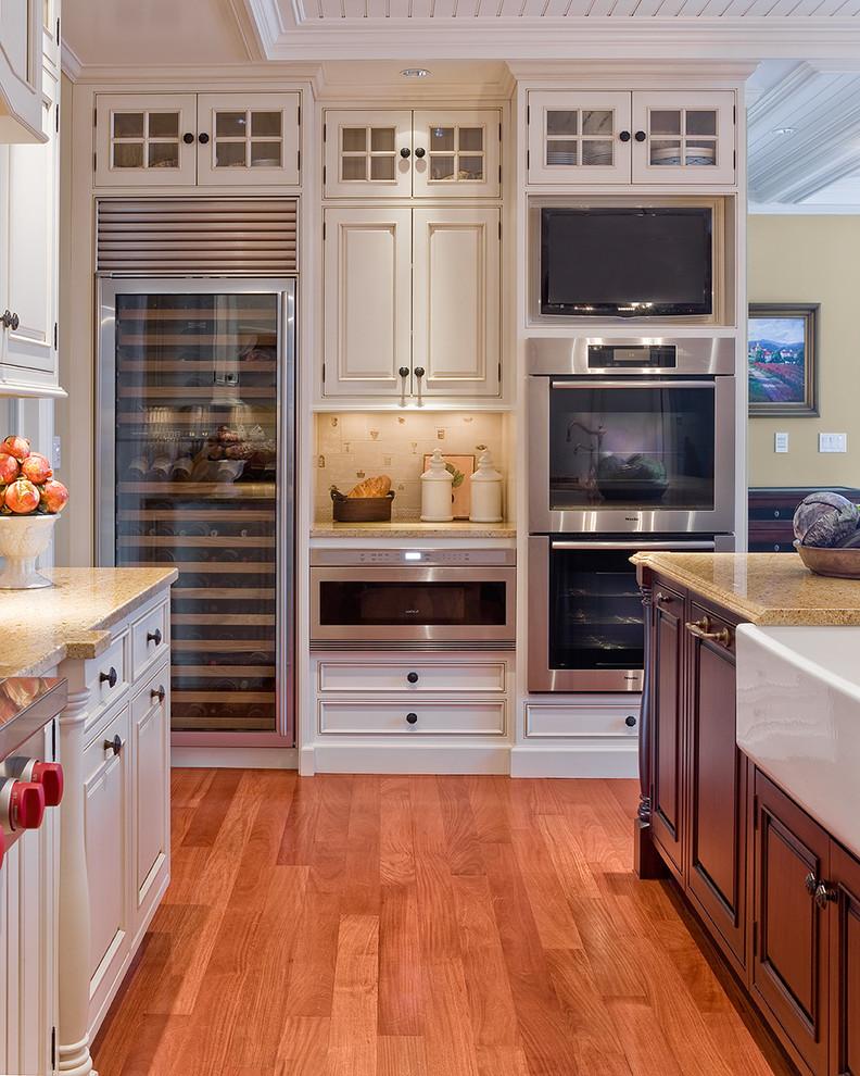 Встроенная бытовая техника в интерьере кухни от Venegas and Company