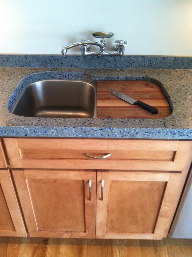 Встроенная разделочная доска рядом с кухонной раковиной от Tongue & Groove