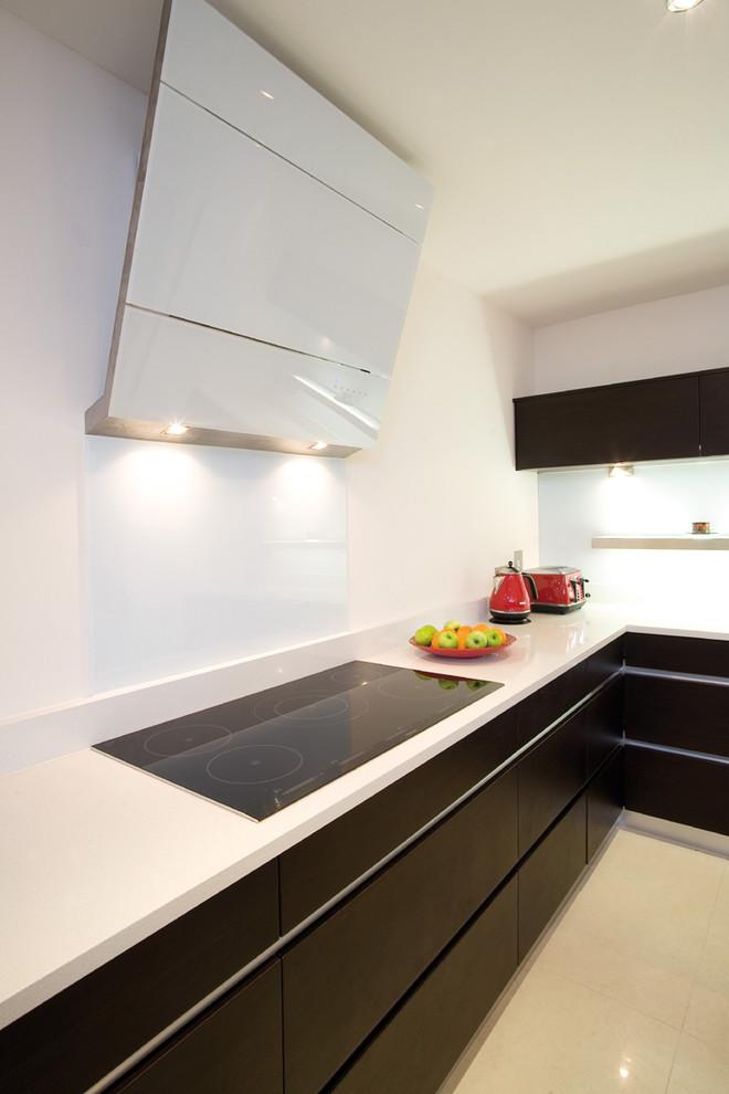 Индукционная варочная панель в интерьере кухни от Glenvale Kitchens