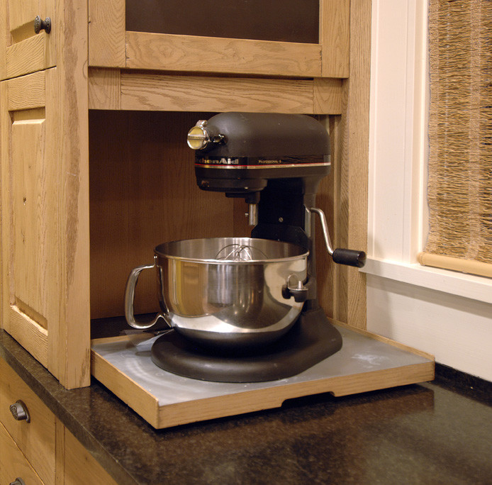 Практичная ниша в мебельном гарнитуре для хранения мелкой кухонной техники от Warmington & North