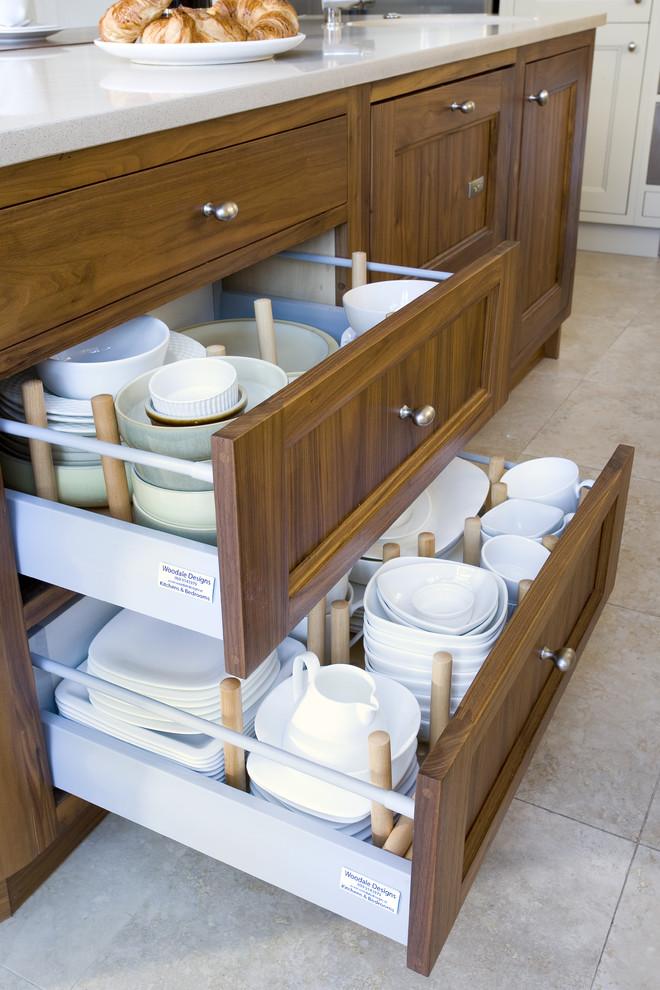 Глубокие выдвижные ящики с посудой в интерьере кухни от Woodale Designs Ireland