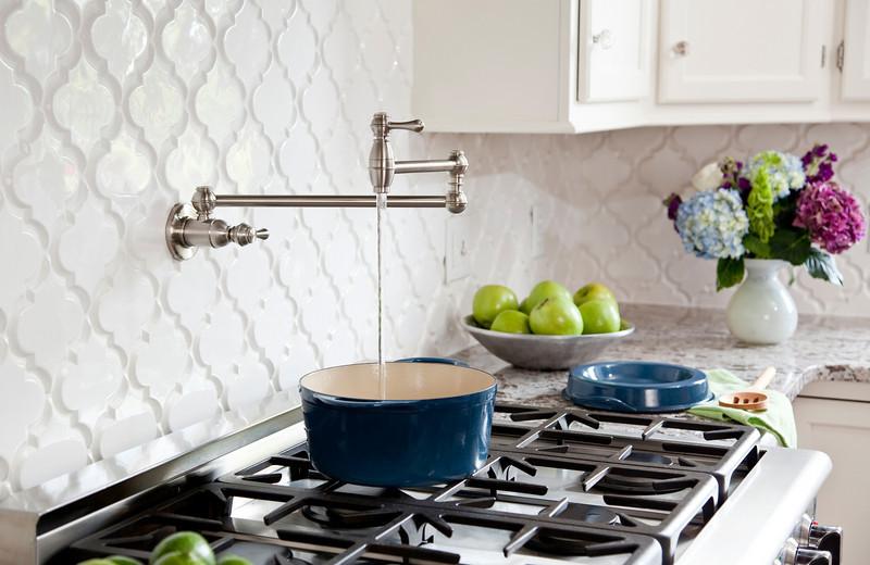 Креативный дизайн смесителя Pot filler от Karen Viscito Interiors
