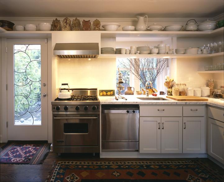 Настенные полки для хранения посуды в интерьере кухни