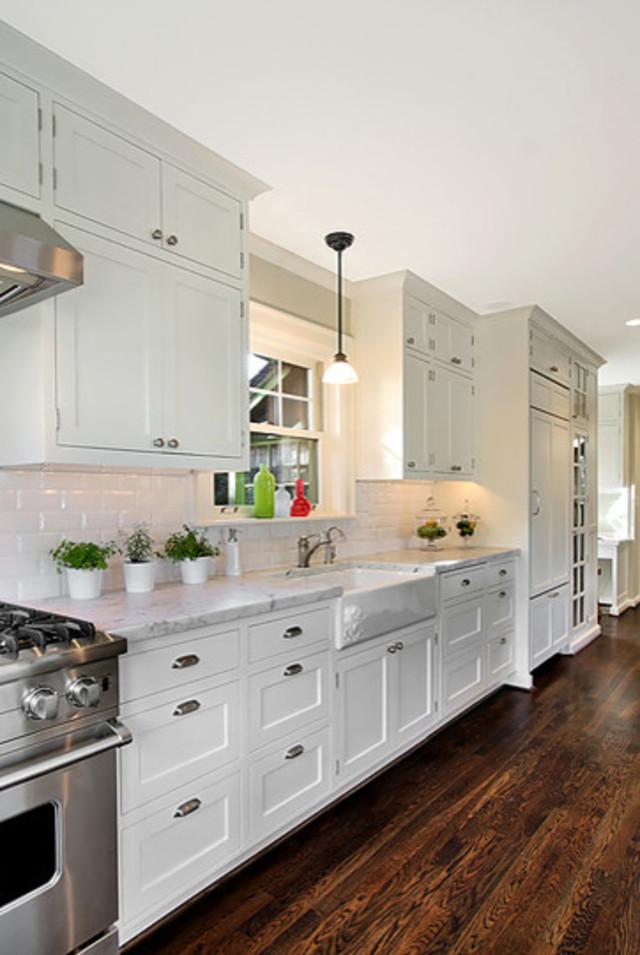 Белый кухонный гарнитур от Logan's Hammer Building & Renovation