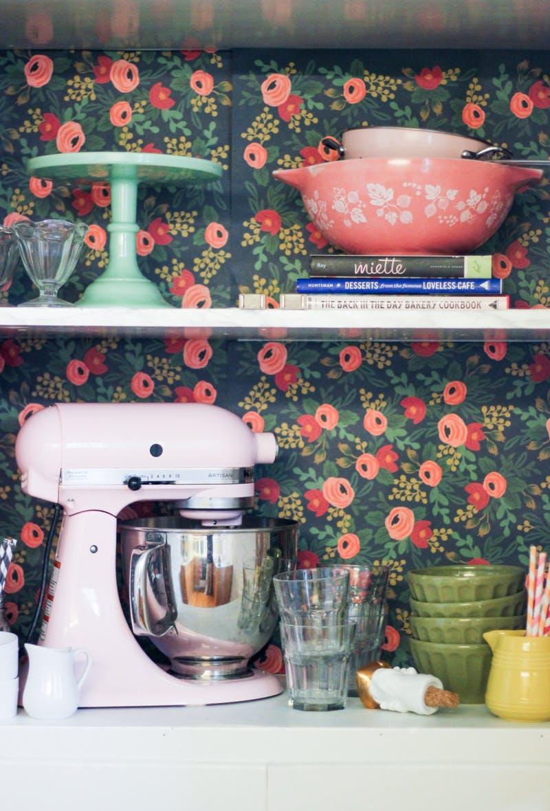 Ваша кухня кажется вам слишком унылой? Не проблема. Попробуйте раскрасить плитку, как это сделал дизайнер One Kings Lane.