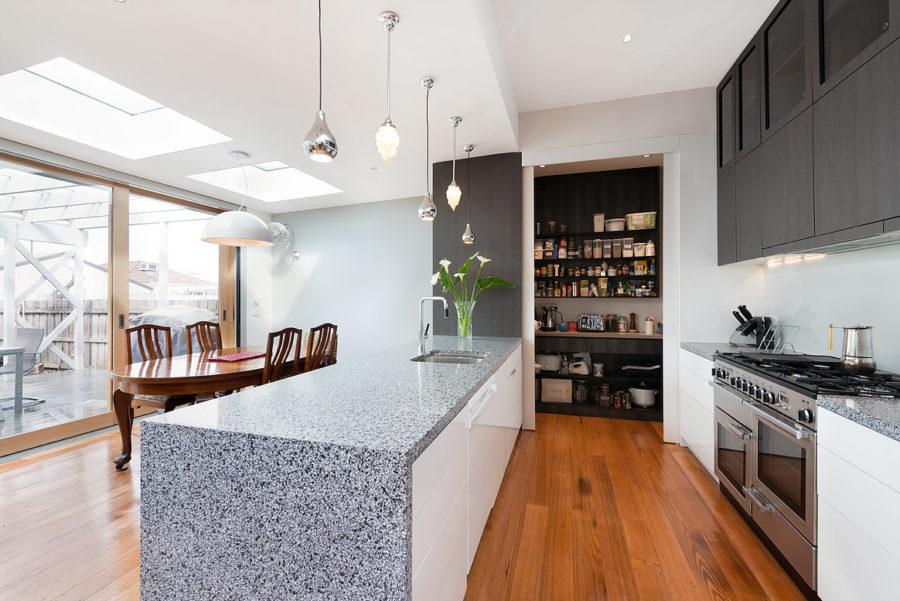 Хранение на кухне - гранитный стол