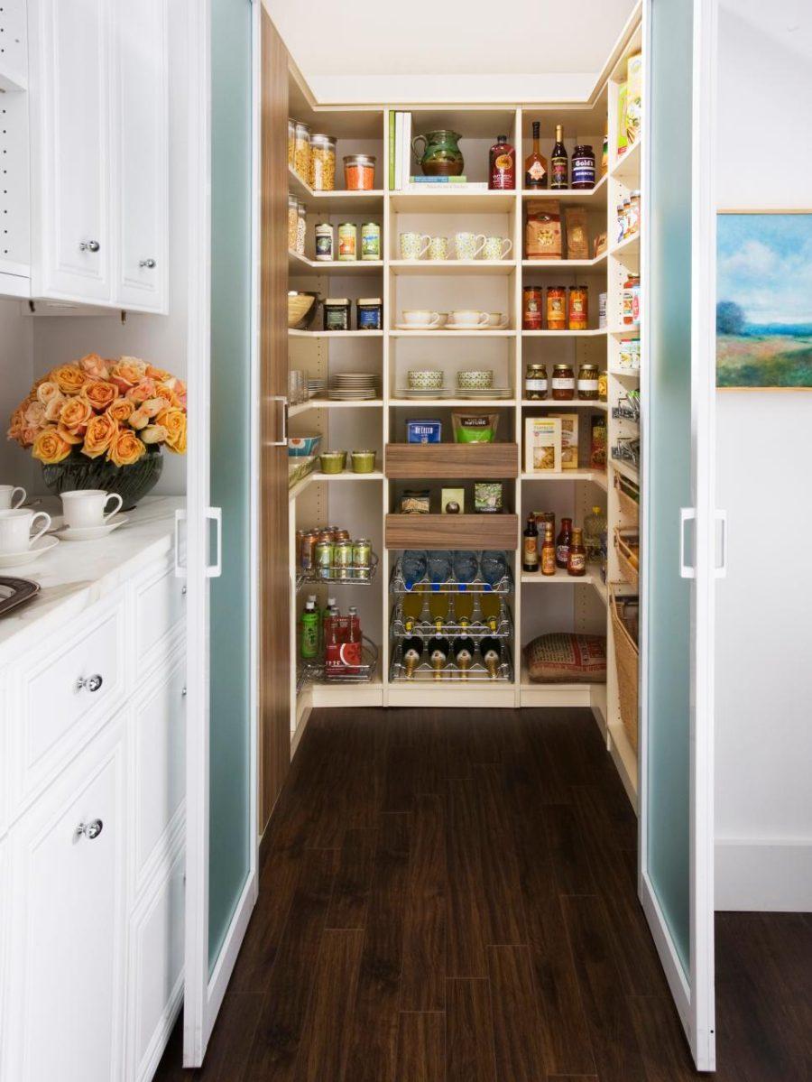 Хранение на кухне - огромный шкаф с провиантом