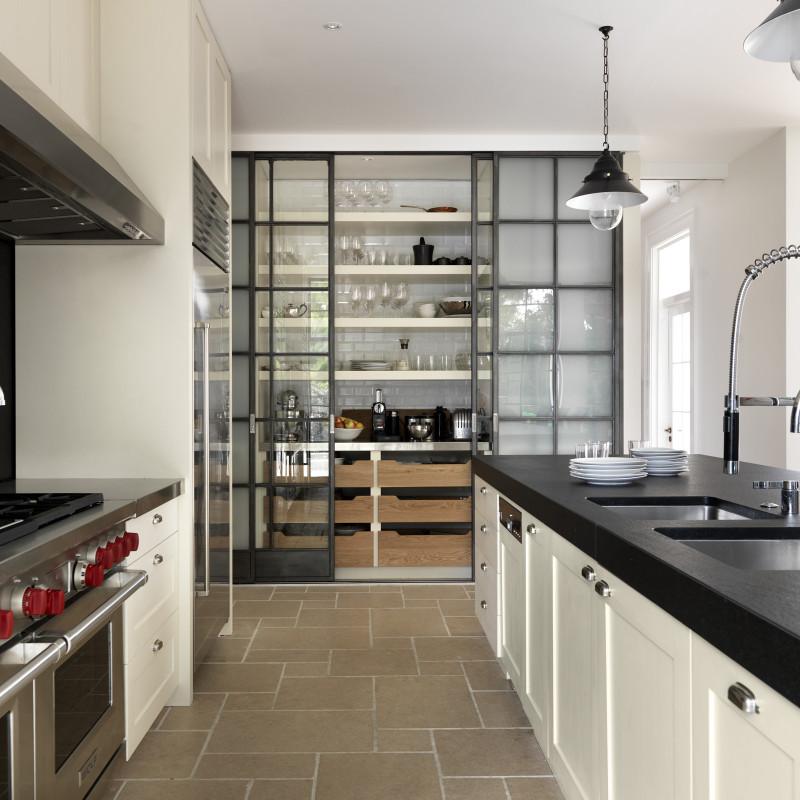 Хранение на кухне - стеклянная дверь