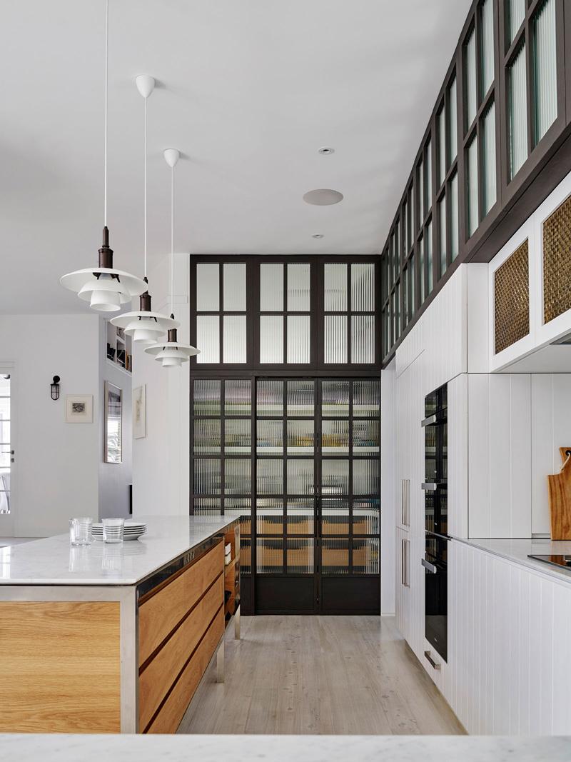 Хранение на кухне - тёмно-белая кухня