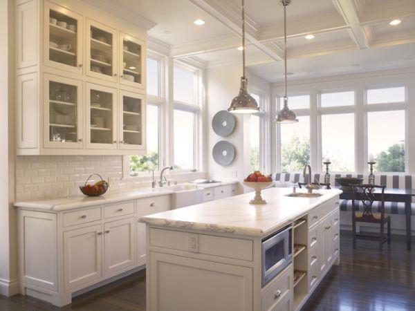 Яркий акцент на светлой кухне - вазы с фруктами