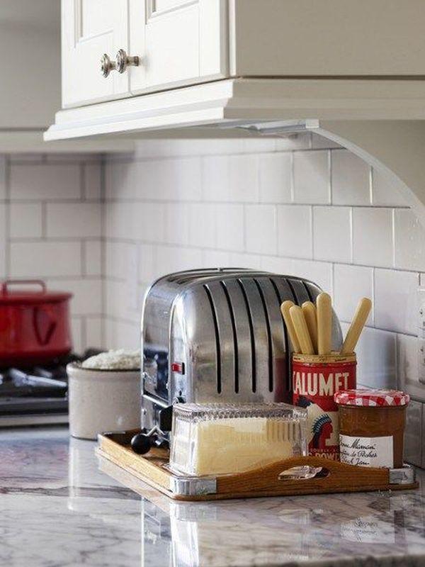 Подносы для хранения на кухонном столе