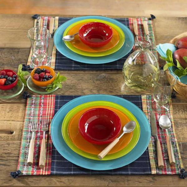 Яркие разноцветные стеклянные тарелки