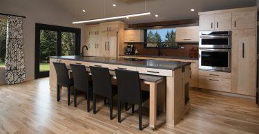 Оригинальный кухонный остров — звезда обновлённого интерьера от американского дизайнера