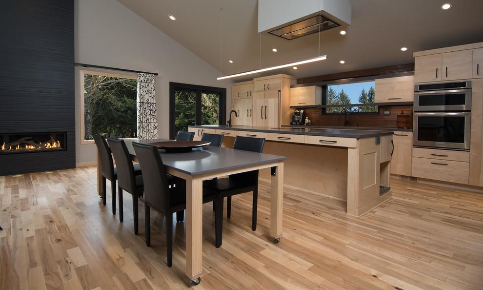 Газовый камин в интерьере кухни с оригинальным кухонным островом