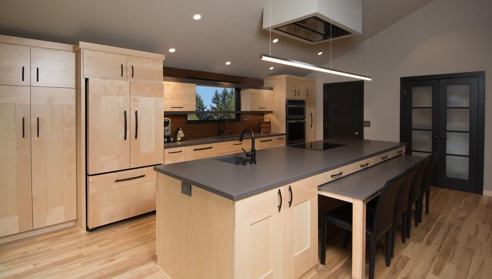 Чёрные двери в интерьере кухни с оригинальным кухонным островом