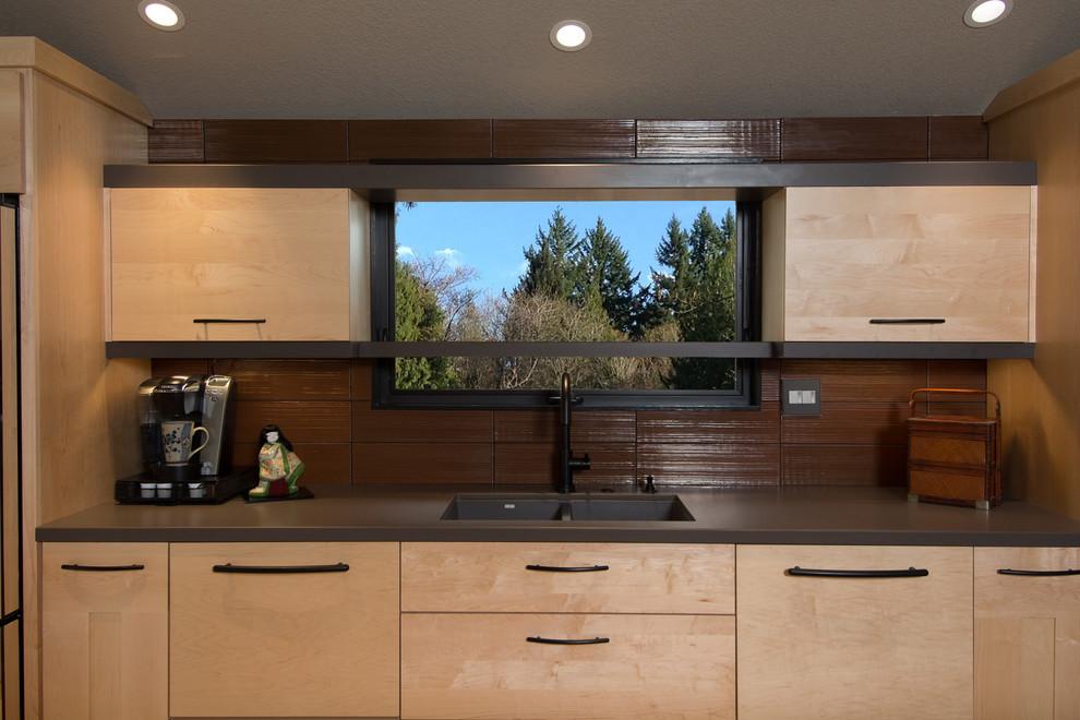 Кухонный фартук из камня в интерьере кухни с оригинальным кухонным островом