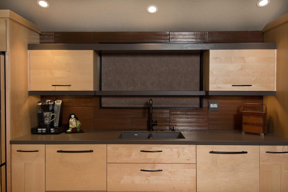 Рулонная штора в интерьере кухни с оригинальным кухонным островом