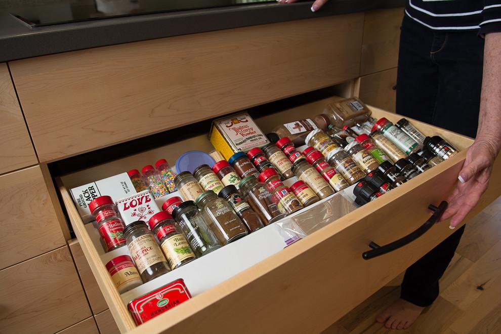 Выдвижной ящик с органайзером для специй в оформлении оригинального кухонного острова